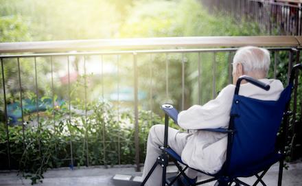 老人獨自坐在輪椅上